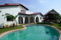 Luxus-Pool im Landhausstil