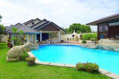 Freistehende Pool-Villa mit 2 separaten Gastehausern zu verkaufen